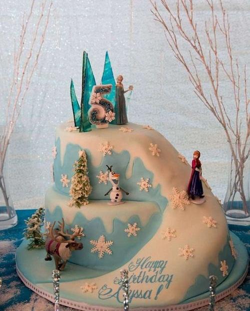 Ana em inclinação congelado o bolo de aniversário