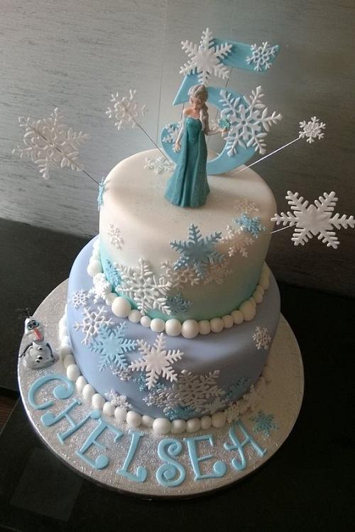 Olaf olhando Elsa congelado o bolo de aniversário