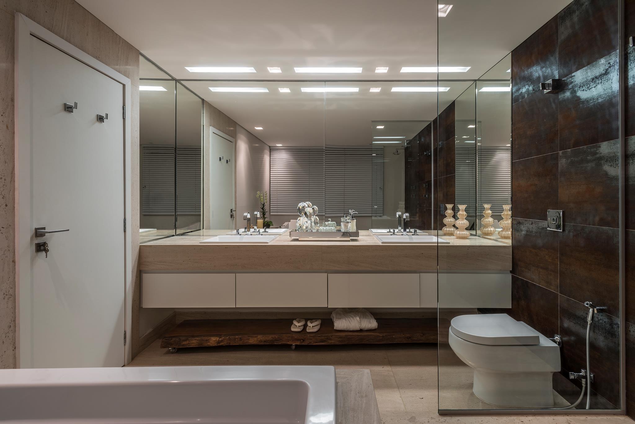 Banheiro com porcelanato de madeira: Box, Revestido, Decorado! 1